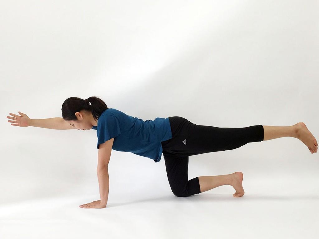 体幹トレーニングを行う女性