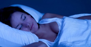 暗い部屋で熟睡する女性