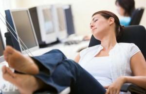オフィスで仮眠する女性