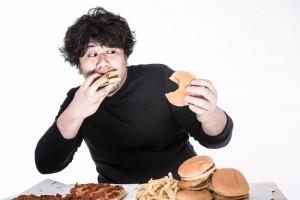 食べ過ぎる男性