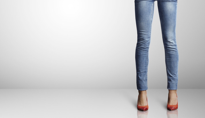 スキニージーンズを履いた女性