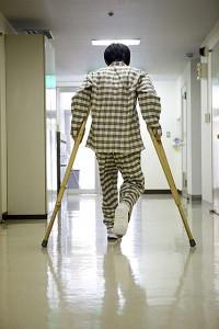 松葉杖を使う男性