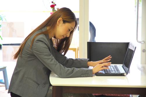 作業姿勢の悪さと、その状態であまり動かないことはもっとも大きな原因の一つです