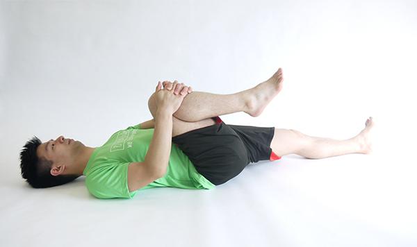膝引き寄せストレッチ1